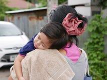 Weinig Aziatische slaap van het babymeisje op een schouder van haar tante royalty-vrije stock afbeelding