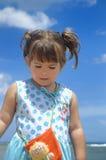 Weinig baby bij het strand stock foto's