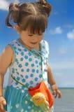 Weinig baby bij het strand royalty-vrije stock fotografie