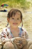 Weinig baby bij het strand stock afbeeldingen