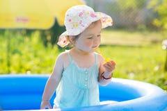 Weinig baby die met speelgoed in opblaasbare pool spelen royalty-vrije stock foto