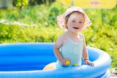 Weinig baby die met speelgoed in opblaasbare pool spelen royalty-vrije stock fotografie