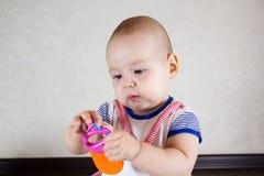 Weinig baby die met stuk speelgoed spelen Royalty-vrije Stock Afbeelding