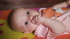 Weinig baby die op de vloer liggen stock footage