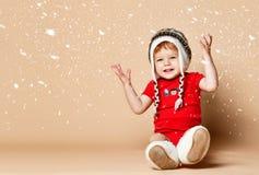 Weinig baby die pret in de studio op beige achtergrond hebben royalty-vrije stock foto's