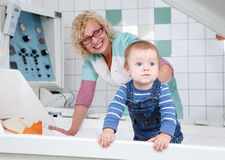 Weinig baby die zich in geopende drukcabine bevinden Royalty-vrije Stock Fotografie