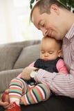 Weinig baby en vaderslaap Stock Afbeeldingen