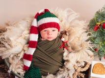 Weinig baby in grote nieuwe jaarhoed stock foto
