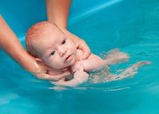 Weinig baby het zwemmen Stock Foto