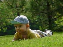 Weinig baby-jongen op het gras Stock Afbeelding