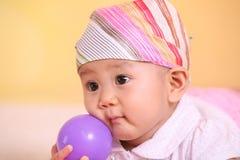 Weinig baby met bal royalty-vrije stock fotografie