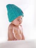 Weinig baby met blauwe hoed royalty-vrije stock afbeeldingen