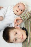Weinig baby met broer stock foto's