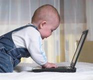 Weinig baby met laptop Royalty-vrije Stock Foto