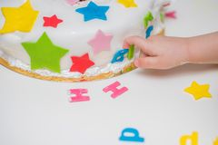 Weinig baby raakt zijn verjaardagscake die op de lijst ligt Royalty-vrije Stock Foto