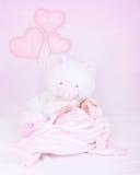 Weinig baby in slaapkamer stock afbeelding