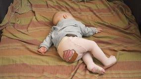 Weinig baby slaapt stock videobeelden