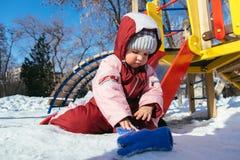 Weinig baby speelt in de speelplaats in de winter Royalty-vrije Stock Fotografie