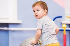 Weinig baby speelt met een fitball in de gymnastiek Royalty-vrije Stock Afbeelding