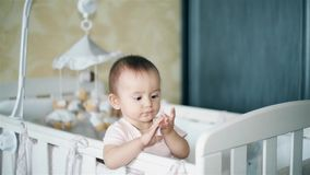 Weinig baby is vermoeid en wil in babywieg HD slapen stock footage