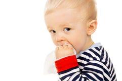 Weinig baby wordt nat afveegt, en afveegt zijn gezicht Stock Foto's