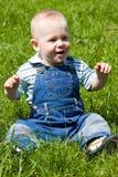 Weinig baby zit op gras Stock Afbeelding