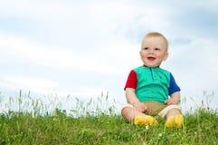 Weinig baby zit op groen gras Royalty-vrije Stock Foto