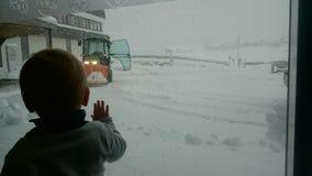 Weinig Babyboy onderzocht de grote sneeuw Royalty-vrije Stock Afbeelding