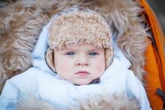 Weinig babyjongen in de warme winter kleedt openlucht Royalty-vrije Stock Afbeeldingen