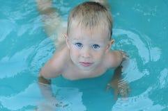 Weinig babyjongen in de waterpool Royalty-vrije Stock Fotografie