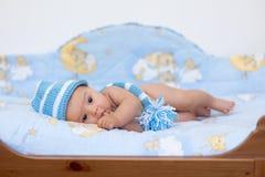 Weinig babyjongen die in bed liggen Stock Afbeelding