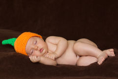 Weinig babyjongen die in bed liggen Royalty-vrije Stock Foto