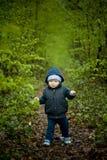 Weinig babyjongen die op de bosweg lopen. Royalty-vrije Stock Afbeelding