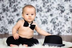 Weinig babyjongen in een koffer Stock Fotografie