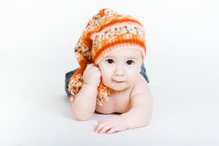 Weinig babyjongen in het gebreide hoed stellen Royalty-vrije Stock Afbeelding
