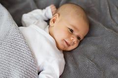 Weinig babyjongen het glimlachen stock afbeelding