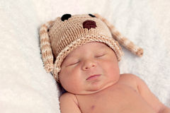 Weinig babyjongen, het slapen Stock Foto's
