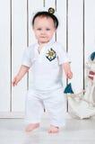 Weinig babyjongen kleedde zich als zeekapitein Royalty-vrije Stock Foto's