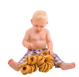 Weinig babyjongen met ongezuurde broodjes, die op witte achtergrond wordt geïsoleerd stock foto's