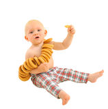 Weinig babyjongen met ongezuurde broodjes, die op witte achtergrond wordt geïsoleerd stock afbeelding