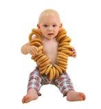 Weinig babyjongen met ongezuurde broodjes, die op witte achtergrond wordt geïsoleerd royalty-vrije stock foto
