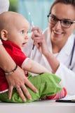 Weinig babyjongen tijdens medisch examen Stock Foto's