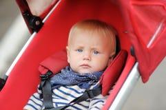 Weinig babyjongen in wandelwagen Stock Afbeelding