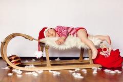 Weinig babyjongens, die op een slee slapen Stock Foto