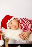 Weinig babyjongens, die op een slee slapen Stock Afbeelding