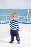 Weinig babykapitein op boot op de zomercruise, zeevaartmanier stock afbeeldingen