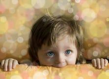 Weinig babymeisje dat van een doos kijkt - viering Royalty-vrije Stock Foto's