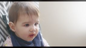 Weinig Babymeisje die door Moeder worden gevoed stock video