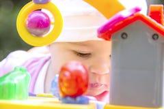 Weinig babymeisje die met plastic speelgoed spelen Stock Afbeelding