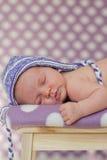Weinig babymeisje, die op een stoel slapen Stock Foto